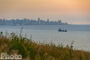 Photo : Beyrouth et la mer méditerranée vue depuis Zouq El Kharab, Mont-Liban, Liban