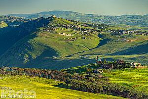 Paysage au printemps du Liban-Sud et de Nabatieh et vue sur la mosquée du village de Mahmoudiyeh au premier plan et la Forteresse de Beaufort en arrière plan, Liban-Sud, Liban, Liban-Sud, Liban