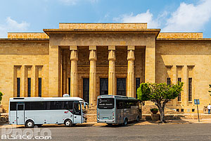Photo : Bus de tourisme devant le Musée national de Beyrouth, Mazraa, Beyrouth, Liban, Beyrouth, Liban