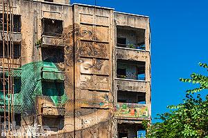 Dessin (Connection) de l'artiste Jorge Rodriguez-Gerada sur la façade d'un immeuble dans le quartier de Bachoura, Beyrouth, Liban, Beyrouth, Liban