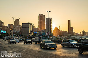 Photo : Circulation sur l'autoroute 51M (avenue Charles Helou) le soir et immeubles, Medawar, Beyrouth, Liban
