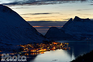 Photo : Village de Gryllefjord la nuit, Senja, Troms, Norvège
