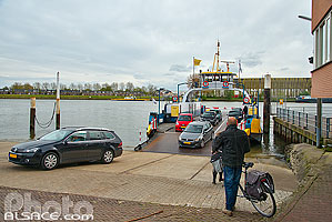 Photo : Bac sur Le Lek, Kinderdijk, Zuid-Holland, Pays-Bas