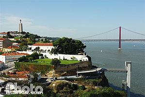 Photo : Christo Rei et Ponte 25 de Abril, Cacilhas, Portugal