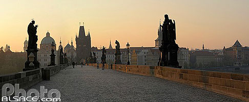 Photo : Le Pont Charles (Karluv most) au lever du soleil, Prague, République tchèque