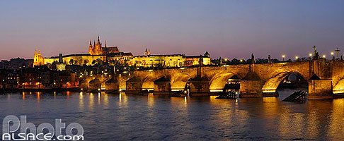 Photo : Illumination du Pont Charles (Karluv most) et du Château Royal (Prazský hrad) et la Vltava, Prague, République tchèque, Bohême-Centrale, République tchèque