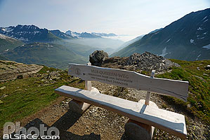 Photo : Banc à la source du Rhin, Tujetsch, Graubünden, Suisse