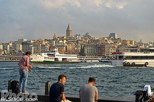Pêcheur et Vapur sur la Corne d'Or en face de Beyoglu, Fatih, Istanbul, Turquie, Marmara Bölgesi, Turquie