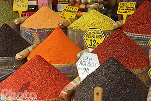 Vendeur d'épices sur le marché de la rue Tahmis (Tahmis Sokak), Quartier d'Eminönü, Fatih, Istanbul, Turquie, Marmara Bölgesi, Turquie