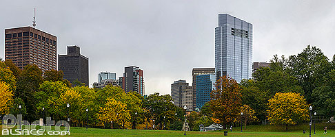 Boston Common en automne (Boston Common est le plus ancien jardin public des États-Unis) et la Millennium Tower, Boston, Massachusetts, Etats-Unis