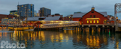 Photo : Boston Tea Party Ships & Museum la nuit, Fort Point Channel, Boston, Massachusetts, Etats-Unis