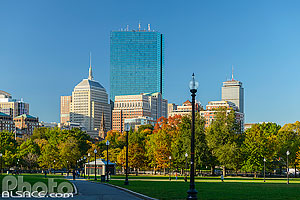 Photo : Boston Common en automne et 200 Clarendon Street tower et Berkeley Building, Boston, Massachusetts, Etats-Unis