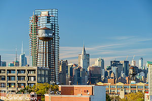 Photo : Manhattan et quartier de Greenpoint vue depuis le toit d'un immeuble de Brooklyn, New York, Etats-Unis
