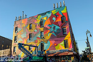 Photo : Façade d'immeuble decorée dans Greenpoint par l'artiste Ola Kalnins, Greenpoint avenue, Brooklyn, New York, Etats-Unis