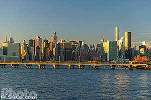 Photo : East River et Manhattan vue depuis Greenpoint, Brooklyn, New York, Etats-Unis
