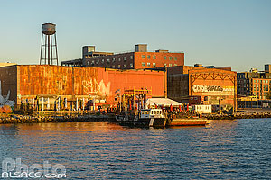 Photo : The Barge Bar au bord de l'East River, Quartier de Greenpoint, Brooklyn, New York, Etats-Unis