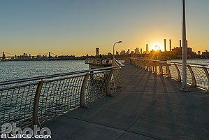 Photo : Jetée de WNYC Transmitter Park sur East River au coucher du soleil, Greenpoint, Brooklyn, New York, Etats-Unis