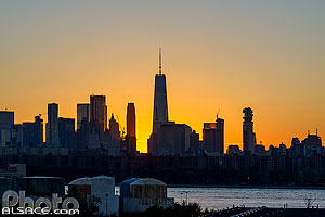 Photo : One World Trade Center et skyline de Manhattan depuis Greenpoint au crépuscule, Brooklyn, New York, Etats-Unis