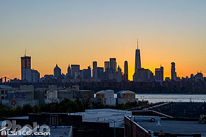 Photo : Skyline de Manhattan depuis Greenpoint au crépuscule, Brooklyn, New York, Etats-Unis