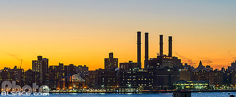 Photo : Centrale électrique Consolidated Edison Inc sur Manhattan la nuit depuis Greenpoint, Brooklyn, New York, Etats-Unis