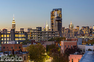 Photo : Manhattan et quartier de Greenpoint la nuit vue depuis le toit d'un immeuble de Brooklyn, New York, Etats-Unis