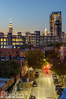 Photo : Greenpoint la nuit et Empire State Building en arrière plan, Banker Street, Brooklyn, New York, Etats-Unis