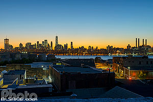 Photo : Skyline de Manhattan la nuit depuis les toits de Greenpoint, Brooklyn, New York, Etats-Unis