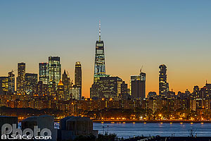 Photo : Skyline de Manhattan la nuit depuis Greenpoint, Brooklyn, New York, Etats-Unis