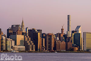 Photo : Manhattan (Chrysler building, 432 Park Avenue et Immeuble de l'ONU) vue depuis Williamsburg, Brooklyn, New York, Etats-Unis