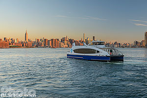 Photo : NYC Ferry sur la East River, North Williamsburg, Brooklyn, New York, Etats-Unis