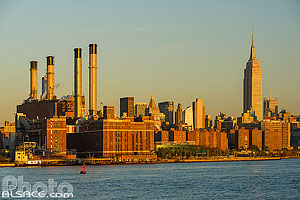 Photo : Centrale électrique Consolidated Edison Inc et l'Empire State Building à Manhattan vue depuis Williamsburg, Brooklyn, New York, Etats-Unis