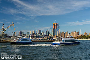 Photo : NYC Ferry sur la East River, South Williamsburg, Brooklyn, New York, Etats-Unis