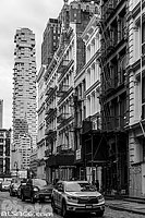 Photo : Greene Street dans le quartier de Soho et vue sur le gratte-ciel 56 Leonard Street (Jenga Tower), Manhattan, New York, Etats-Unis