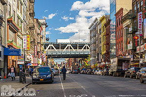 Photo : East Broadway et Manhattan Bridge, Chinatown, Manhattan, New York, Etats-Unis