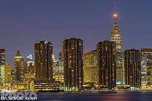 Photo : Manhattan et l'Empire State Building la nuit vue depuis Greenpoint, Brooklyn, New York, Etats-Unis