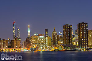 Photo : Manhattan la nuit vue depuis Greenpoint, Brooklyn, New York, Etats-Unis