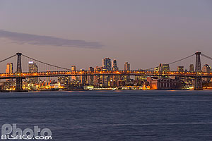 Photo : Williamsburg Bridge au-dessus de East River entre Brooklyn et Manhattan, New York, Etats-Unis