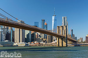 Photo : Brooklyn Bridge, East River et Financial District avec vus sur One World Trade Center, Brooklyn, New York, Etats-Unis