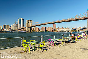 Photo : Brooklyn Bridge Park, East River et Financial District, Brooklyn, New York, Etats-Unis