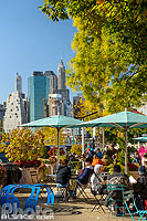 Photo : Terrasse sur Old Fulton Street et vue sur Financial Distrcit, Brooklyn, New York, Etats-Unis