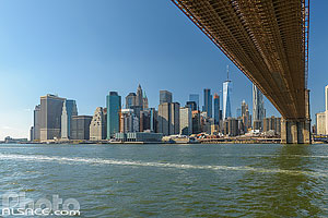 Passage sous le Brooklyn Bridge et Financial District depuis East River, Brooklyn, New York, Etats-Unis
