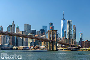 Photo : Brooklyn Bridge et Financial District depuis East River, Brooklyn, New York, Etats-Unis