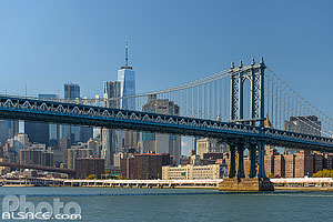Manhattan Bridge et Financial District depuis East River, Brooklyn, New York, Etats-Unis