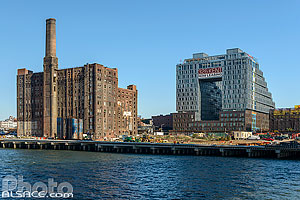 Photo : Domino Sugar Refinery et immeuble de logements (325 Kent), Brooklyn, New York, Etats-Unis
