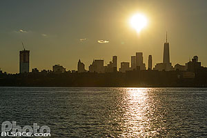 Skyline de Manhattan à contre-jour vue depuis Brooklyn, New York, Etats-Unis