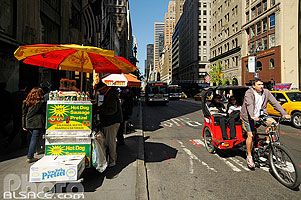 Photo : Vendeur de Hot-Dog et Bretzel, 5th Avenue, East Midtown, Manhattan, New-York, Etats-Unis, New York, Etats-Unis