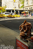 Photo : Bretzel et taxi, 5th Avenue, East Midtown, Manhattan, New-York, Etats-Unis, New York, Etats-Unis