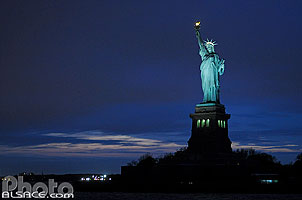 Photo : Statue de la Liberte la nuit, Manhattan, New York, Etats-Unis
