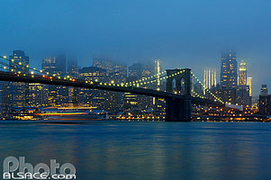 Photo : Brooklyn Bridge et Manhattan la nuit, New York, Etats-Unis