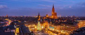 La Place Kléber avec le grand sapin de noël et la Cathédrale illuminée pendant le Marché de Noël de Strasbourg, Bas-Rhin (67)